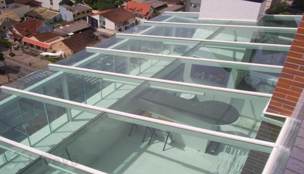 Cobertura Em Vidro Verde Com Estrutura Branca