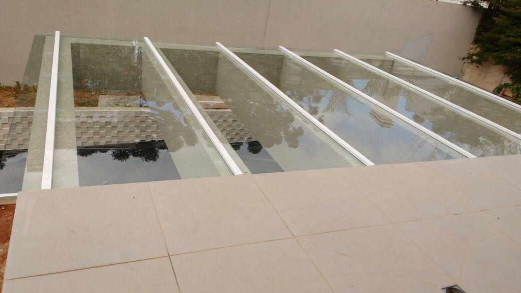Cobertura Em Vidro Incolor C/ Estrutura Em Alumínio Branco