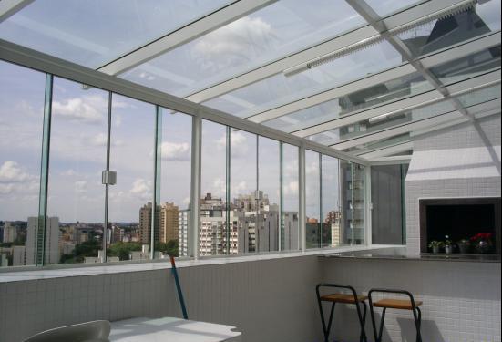 Cobertura Em Vidro Verde C/ Estrutura Branca E Janela